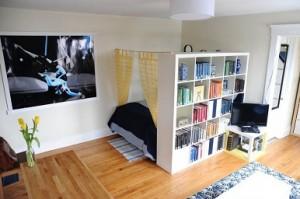 memisahkan ruangan dengan rak buku