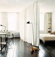 memisahkan ruangan dengan tirai