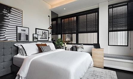 kamar tidur hitam putih