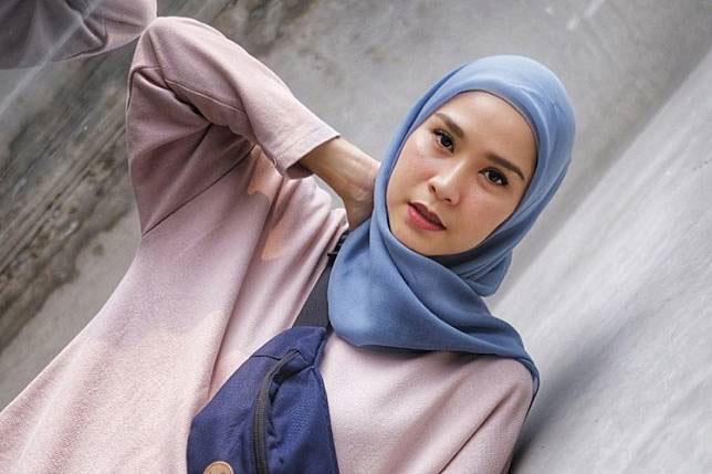 Gaya Hijab Simple ala Zaskia Adya Mecca