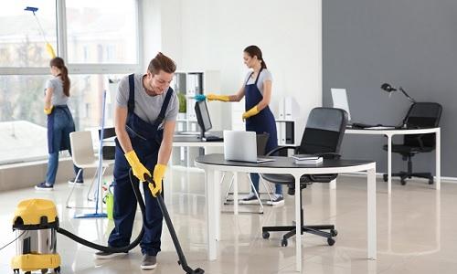 membersihkan kantor